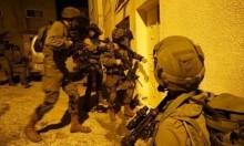 الاحتلال يعتقل 7 فلسطينيين بالضفة ويصيب أسيرا محررا بنحالين