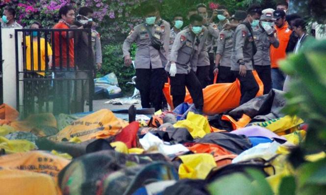 إندونيسيا: ارتفاعُ أعداد ضحايا التسونامي لـ1203 وحفرُ مقبرة جامعية