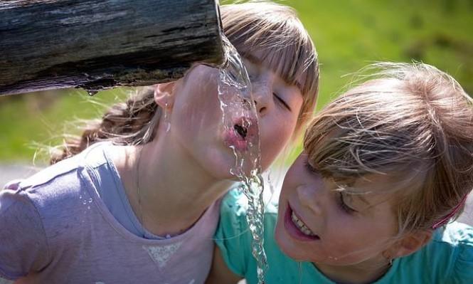 شُرب ماء إضافي يوميًا يقي النساء من التهابات المثانة