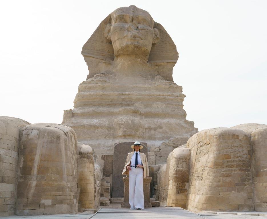 ميلانيا ترامب تختتم جولتها الأفريقية بزيارة أبو الهول بمصر