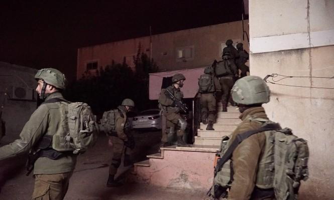 الاحتلال يعتقل 13 فلسطينيا ويزعم ضبط أسلحة بالضفة
