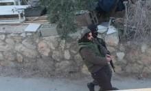 الاحتلال يقتاد الأسير كراجه بزي عسكري لمنزله بقرية صفا