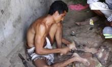 حداد يمني يصنع الخناجر من مخلفات الصواريخ