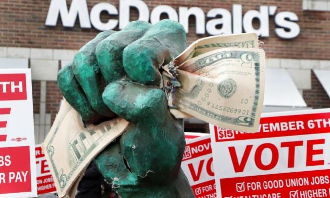 """ترامب: """"الاحتياطي الفيدرالي جنّ جنونه"""" بعد تراجع الدولار"""