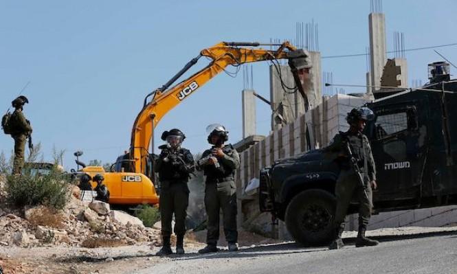 الاحتلال يخطر بهدم منازل في الضفة