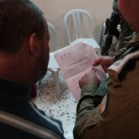 """اعتقال 22 فلسطينيا والاحتلال يخطر بهدم منزل منفذ عملية """"بركان"""""""