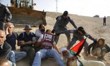 الاحتلال يحاصر الخان الأحمر ويدفع بالجرافات