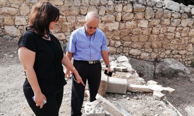 نيفين أبو رحمون تُطالبُ بمُحاسبة المُعتدين على مقبرة دير بيت جمال