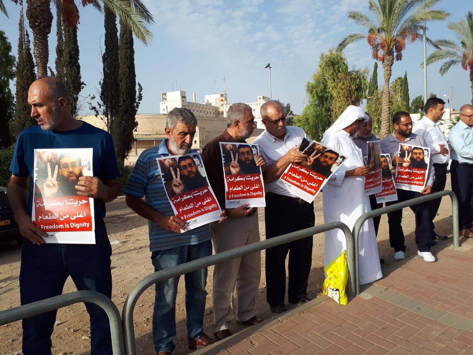 تظاهرة قبالة سجن الرملة تضامنا مع الأسير خضر عدنان