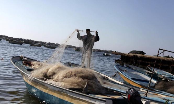 الصياد الفلسطيني تحت مطرقة الاحتلال وسندان الامطار