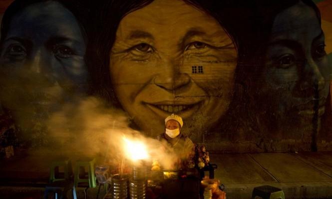 """بوليفيا: امرأة تبيع الطعام في الشارع على خلفية """"المرأة الأصلانية"""""""