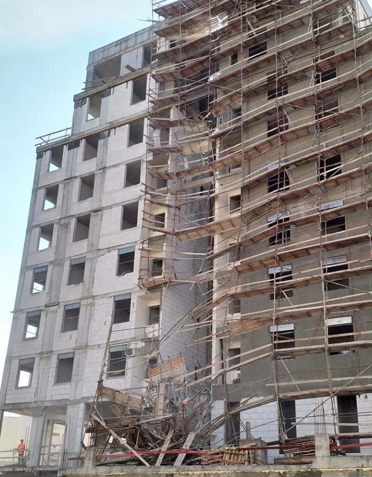 إنقاذ 4 عمال بعد انهيار سقالات في ورشة بناء
