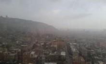 حالة الطقس: غائم جزئيا وتساقط أمطار محلية