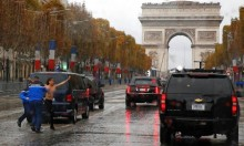 باريس: ناشطات نسويات يعترضن موكب ترامب عاريات الصدر