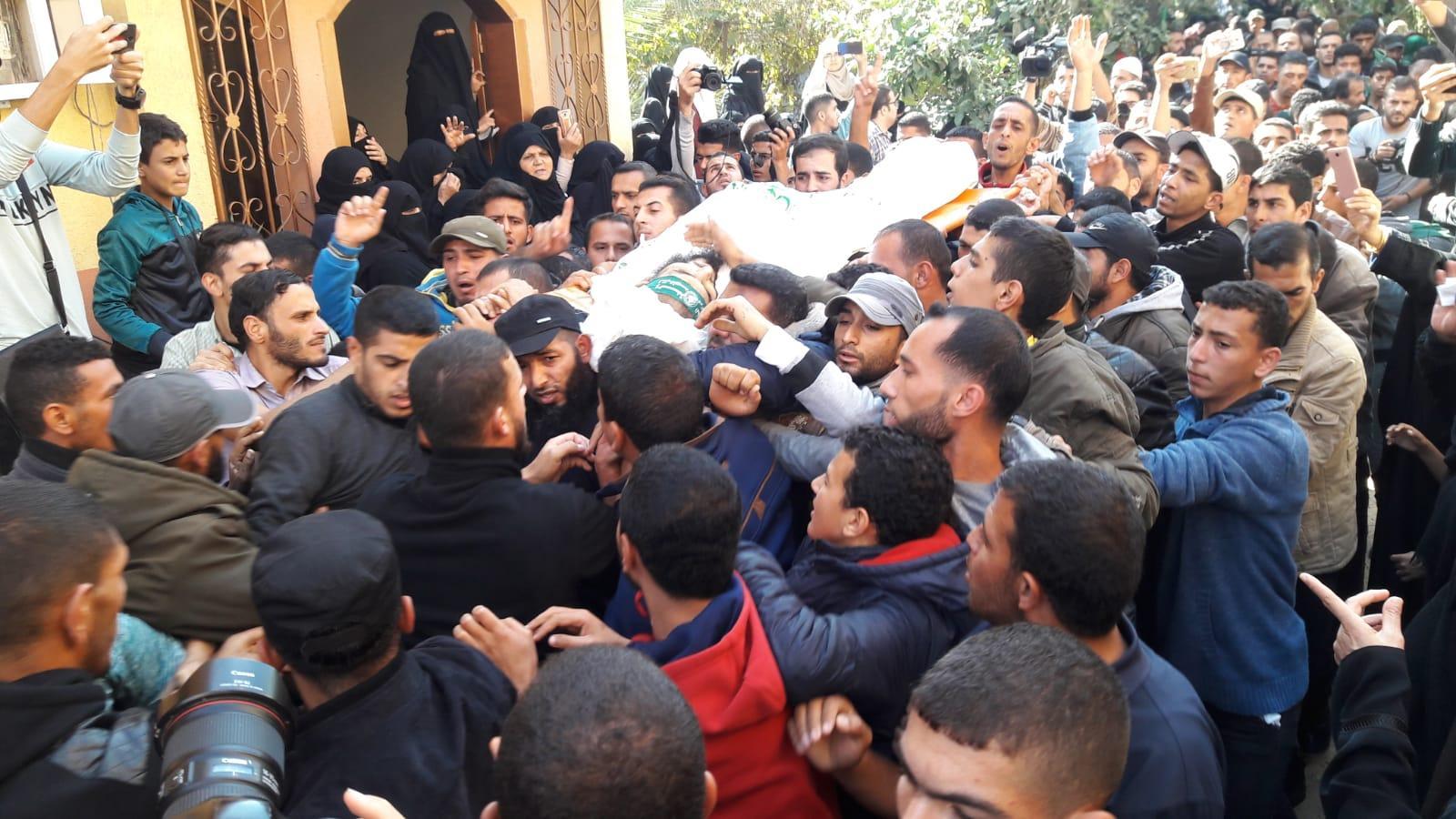 الآلاف يشيعون شهداء عملية خان يونس