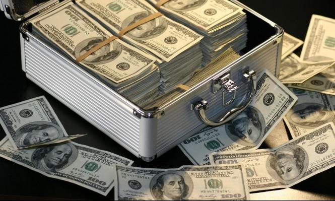 الدولار يصعدُ لأعلى سعر بـ16 شهرًا والذهب ينخفض
