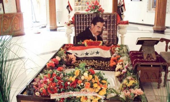 قيادي إيراني سابق يُهين ضريح صدام حسين