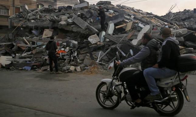 بعض من ركام العمارات التي قصفها الاحتلال في غزّة
