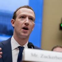 """زوكربيرغ يدافع عن أداء """"فيسبوك"""" بالتّدخل الروسي بالانتخابات الأميركية"""