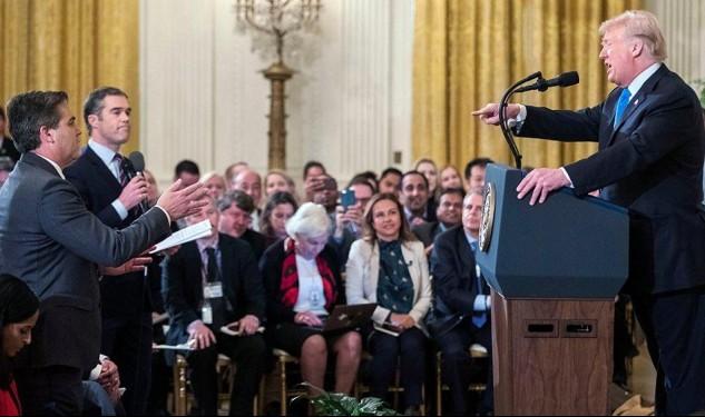 بعد سجالٍ بينه وبين ترامب: البيت الأبيض يُعيد لأكوستا بطاقته الصحافيّة