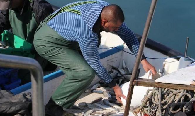 أحد العمال العرب الذين يُعدّ عملهم في ميناء يافا معركةً على الهوية
