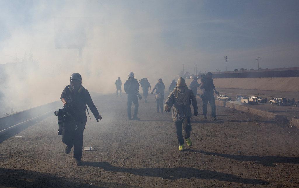 الشرطة الأميركية تعتدي بالغاز المدمع على مهاجرين قرب الحدود