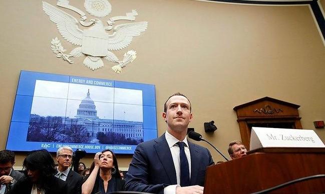"""هل ستنهار """"فيسبوك"""" مثل """"ياهو""""؟"""