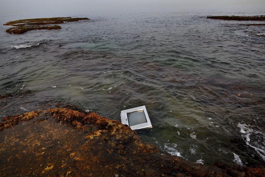 بحر بيروت يلفظ نفاياتها