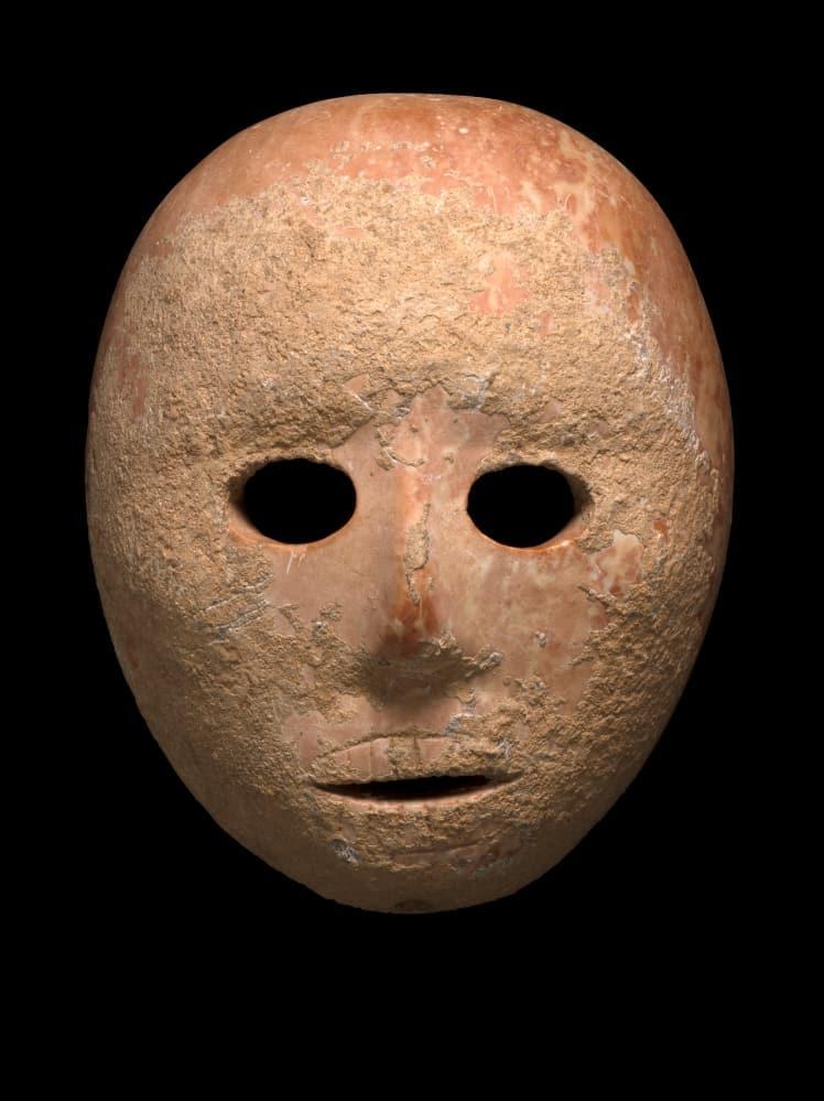 سلطة الآثار الإسرائيلية تنهب قناعا أثريا عمره 9000 عام
