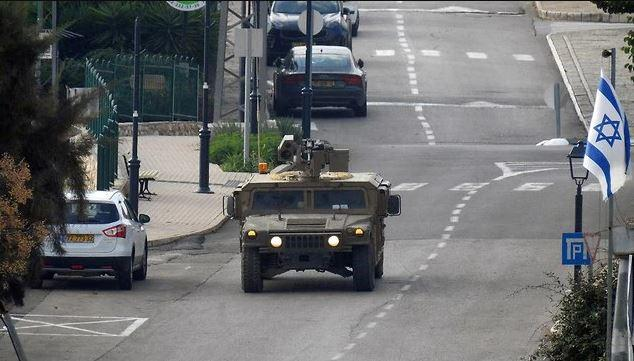 """""""درع شمالي"""": إسرائيل تنقل مدافع وتستدعي قوات احتياط"""