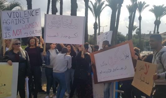 عكا: غياب اللغة العربية عن لافتات تظاهرة ضد العنف