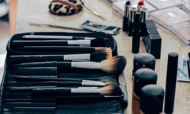 دراسة: مواد كيميائية في مستحضرات التجميل تبكّر بلوغ الفتيات!