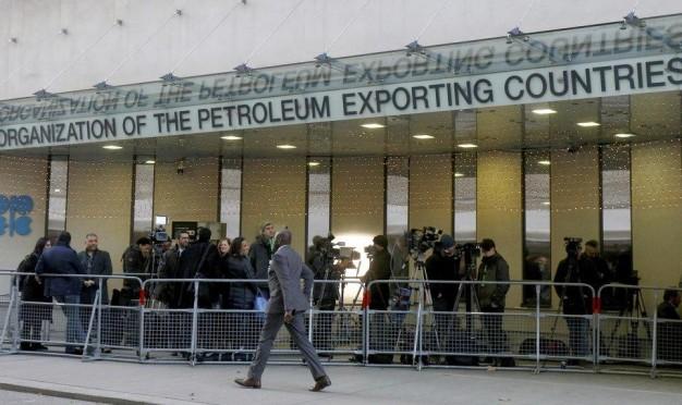 """""""أوبك"""" تؤجّل قرار خفض إنتاج النفط والأسعار تنخفض"""