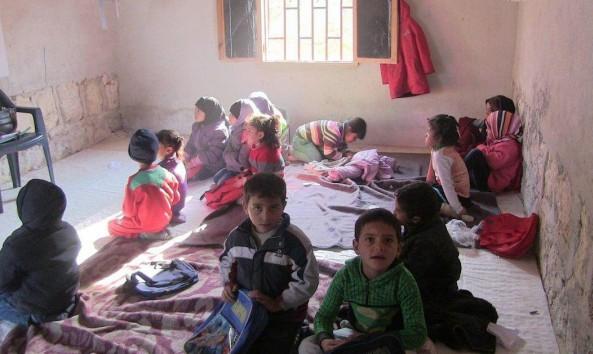 طلّاب إدلب مصرّون على الدراسة رغم ظروف المدارس السيئة