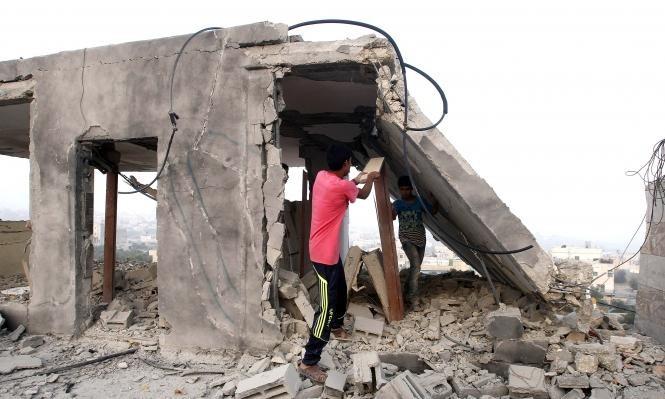 الاحتلال يأخذ قياسات منازل عائلة مخامرة لهدمها بعد إعادة بنائها