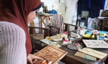 فنانة غزّية تروي تفاصيل الحياة عبر النقش على الخشب