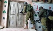 الاحتلال يعتقل 12 فلسطينيا في رام الله والخليل
