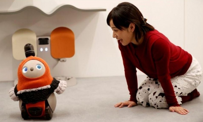 """اليابان: اختراع إنسان آليٍّ """"ودود"""" لبثّ السّعادة وتحفيز العواطف"""