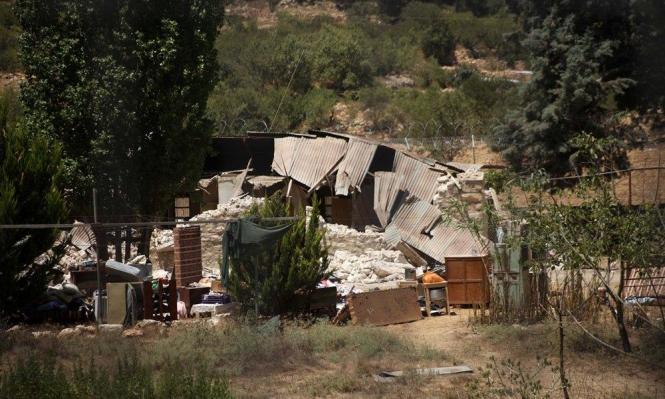مستوطنون يجرفون أراض بسوسيا ويهدمون مخزنا بالخليل