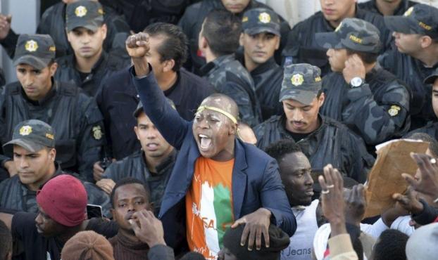 تونس: المئات من جالية ساحل العاج يتظاهرون لمقتل قائدهم