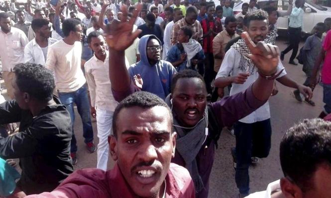 دعوات للتظاهر قبالة القصر الرئاسي والبشير يراهن على الانتخابات