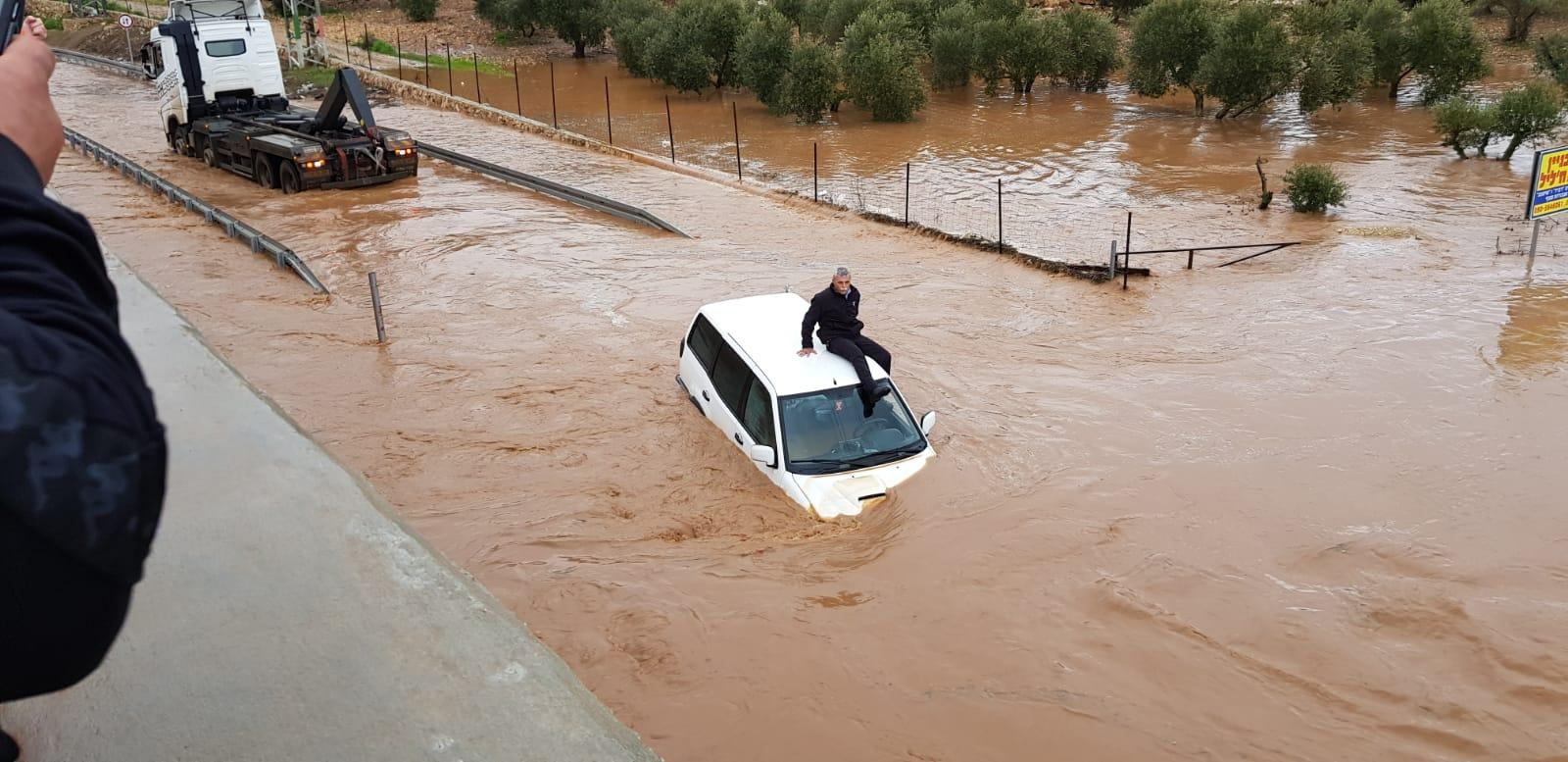 يوم عاصف: أمطار غزيرة وفيضانات وإنقاذ عالقين بالسيارات