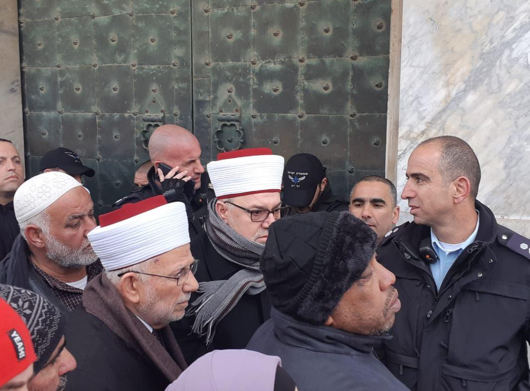 الاحتلال يواصل حصار قبة الصخرة ويعتدي على مدير الأقصى