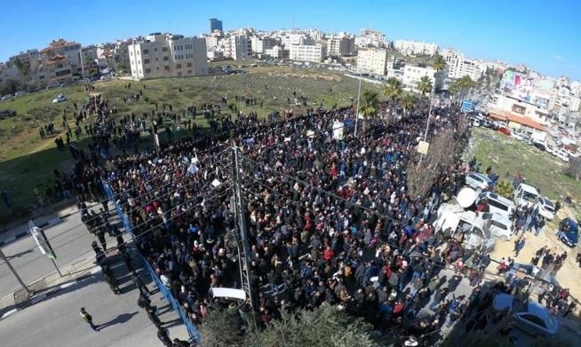 رام الله: إضراب واعتصام للآلاف لإلغاء قانون الضمان الاجتماعي