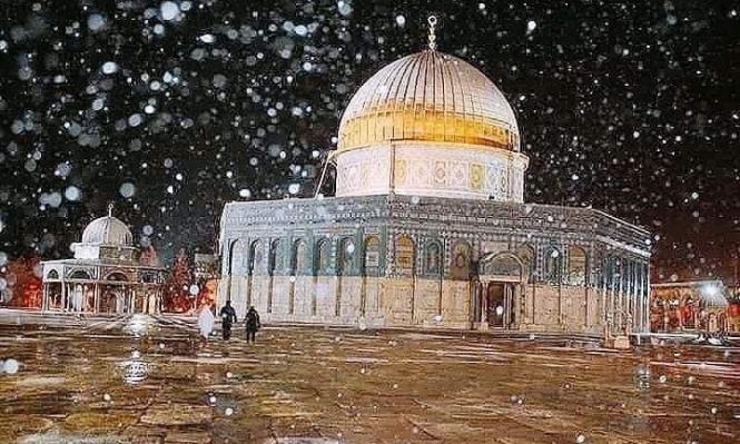 الثلوج تكسو القدس وقبة الصخرة بمشهد بديع
