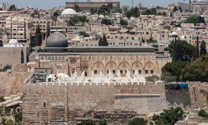 الاحتلال يعبث بجدار المسجد الأقصى