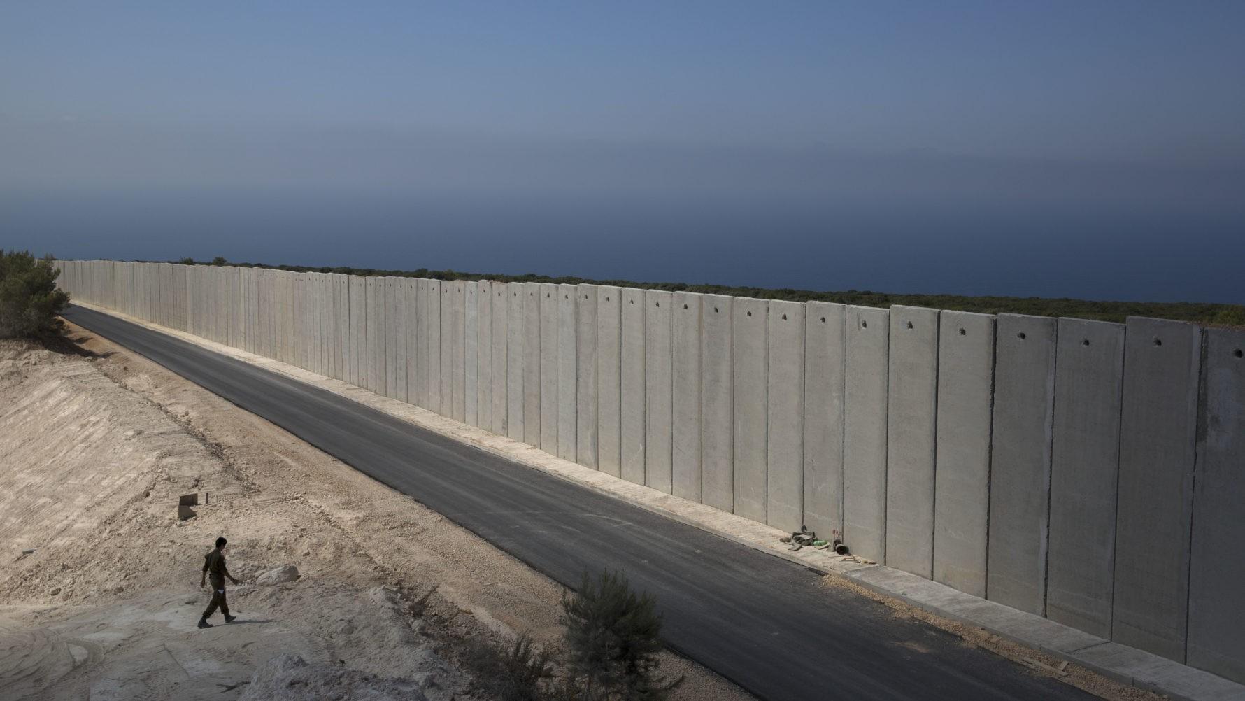 الجدار الإسرائيلي على الحدود اللبنانية (أ ب)