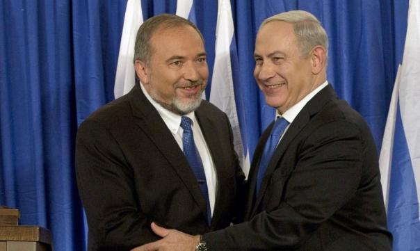 إسرائيل تسمح بدخول المنحة القطرية وليبرمان يهاجم نتنياهو