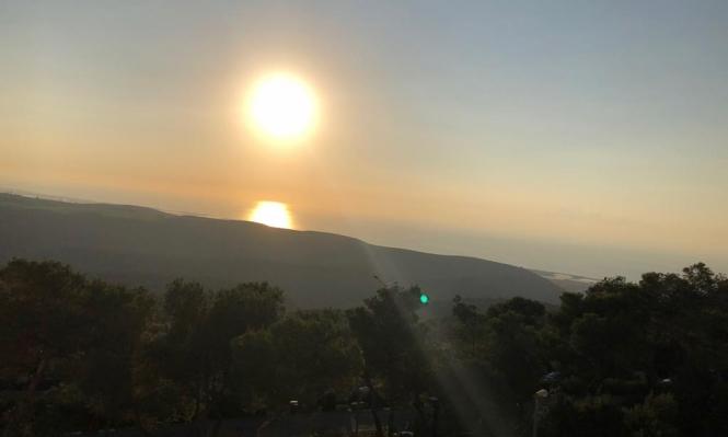 شمس الغروب تنعكس على مياه بحر حيفا