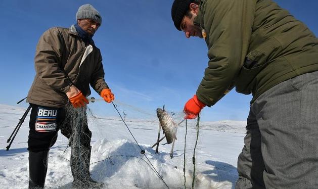 """الصيد بطريقة """"الإسكيمو"""" لمواجهة تجمُّد بحيرة شرقي تركيا"""